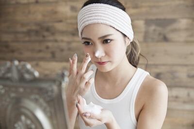毛穴ケアをしている女性