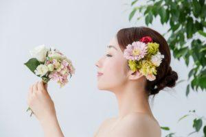 花を手に持った女性