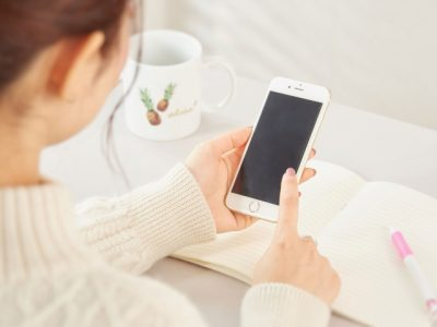 スマートフォンを操作している女性