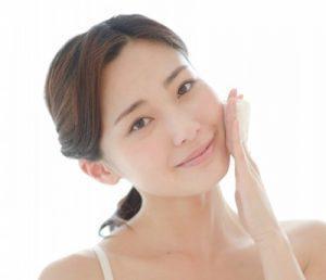 肌をケアする女性の画像