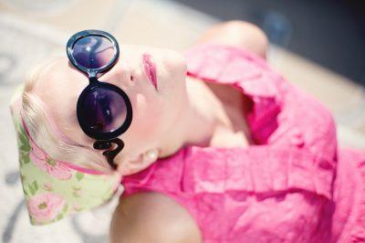 ピンクの服の女性がサングラスしてる