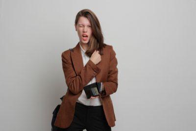 財布を手に持つ女性