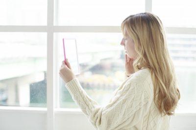 鏡をみている外国人女性の横顔