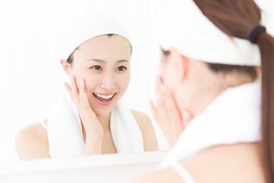 鏡を見て喜ぶ女性