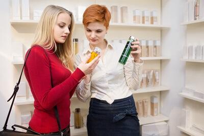 店員と商品を選ぶ女性
