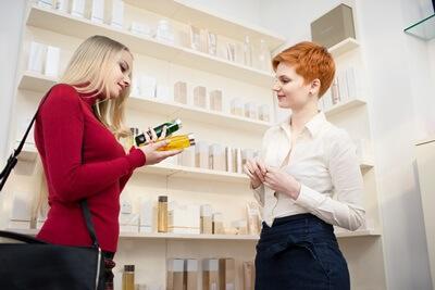 2つの商品で迷う女性