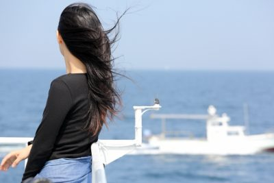 海風になびく女性の髪の毛