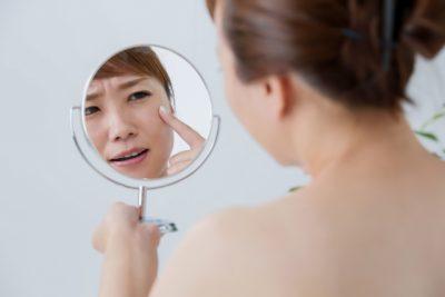 女性が手鏡を持っている写真