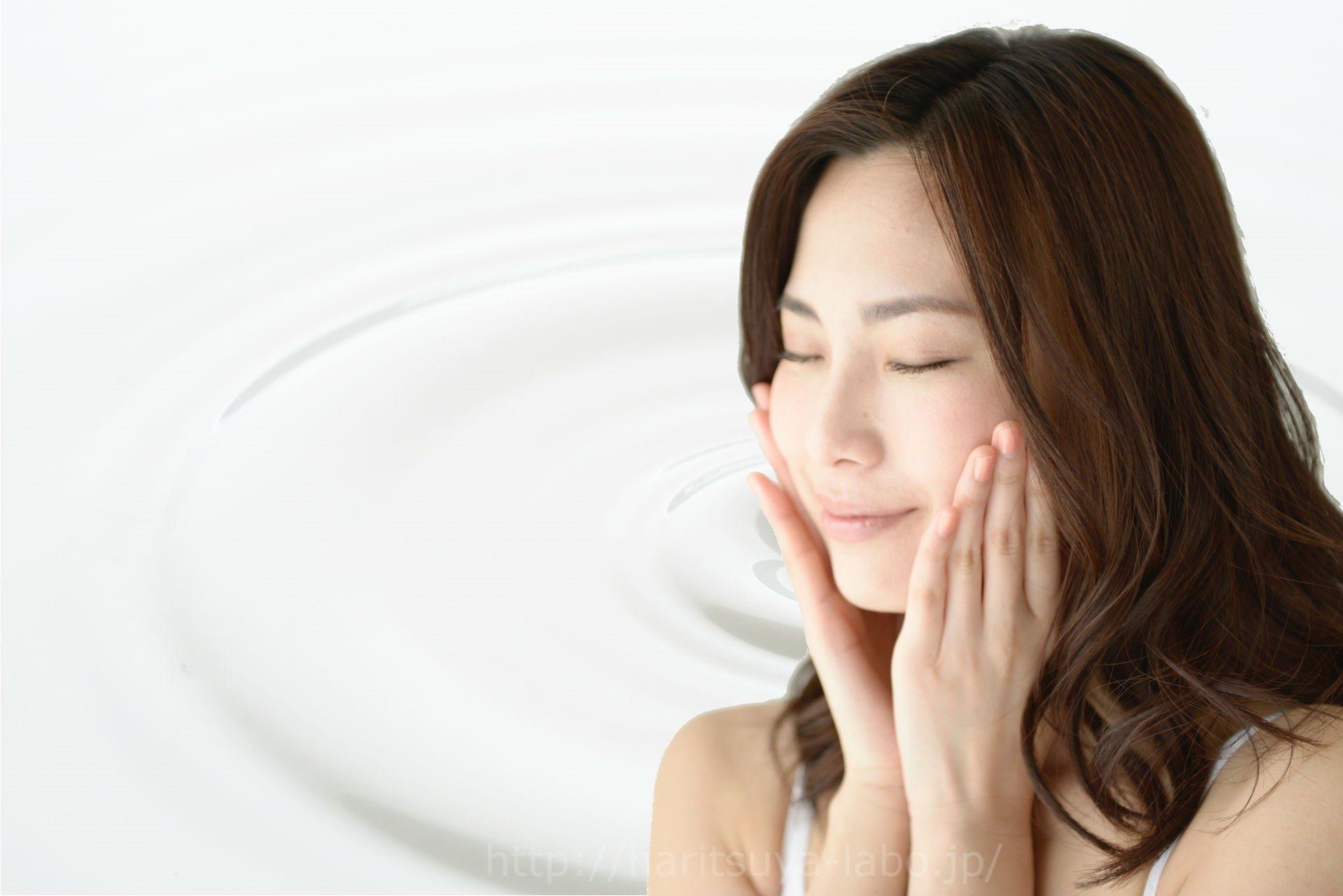 ミルク背景をバックに女性が頬に手をあてている
