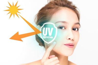 UVケアで紫外線をブロックしている女性