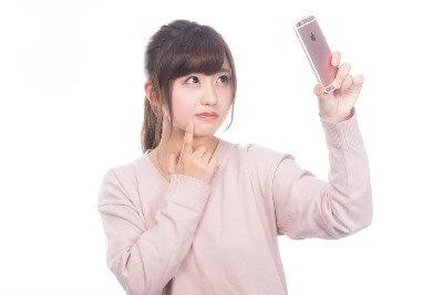 スマートフォンで肌の状態を確認する女性