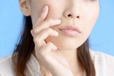 頬に手をあてる女性のアップ画像