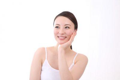 頬に手をあてて微笑む女性