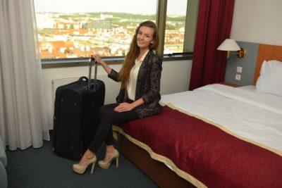 ホテルのベッドに座っている外国人女性