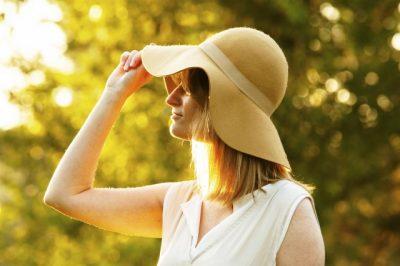 日差しを避けるために帽子をかぶっている女性