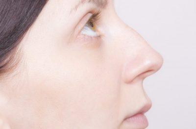 上を見上げる女性の横顔