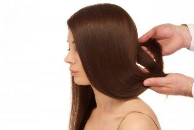 髪を整えてもらう女性