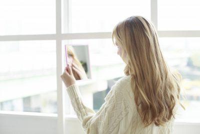 鏡を見る横向きの外国人女性