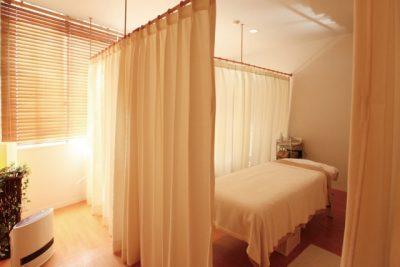 カーテンで仕切られたベッドルーム