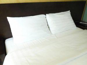 清潔に保たれた寝具(ベッド)の画像