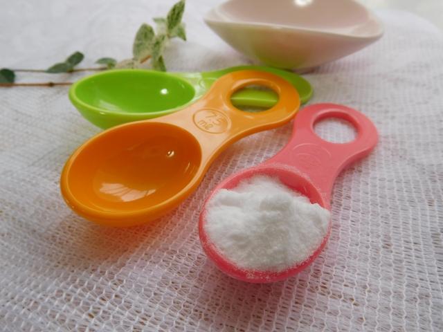 カラフルなスプーンと白い粉