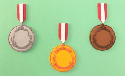 金・銀・銅メダルが3つ並んでいる画像