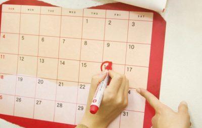 カレンダーにしるしをつけているところ