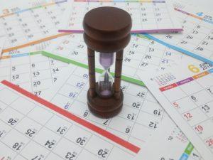 カレンダーの上に砂時計画像