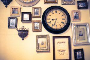 壁がけ時計と絵画