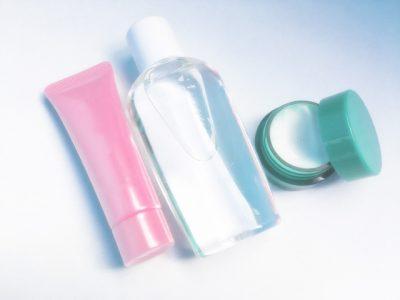 化粧水やクリームが3つ並んでいる