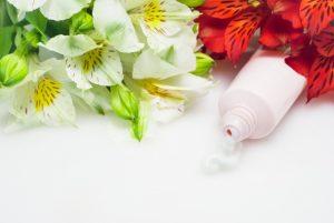 ボディクリームと赤と白の花