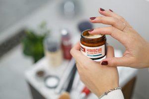 薬を塗ろうとする女性の手の画像
