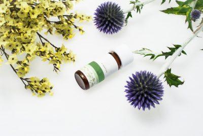 アロマオイルと紫の花