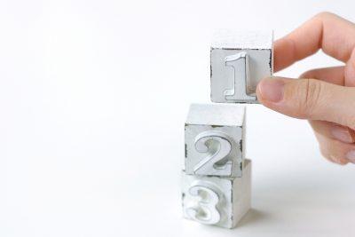 数字のブロックを指で積み上げている様子