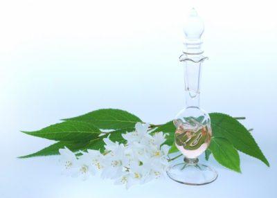香水瓶と花