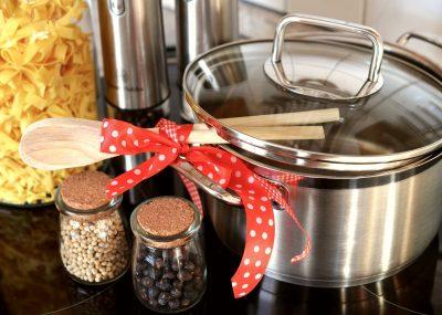 鍋と調味料が並べて置いてある画像