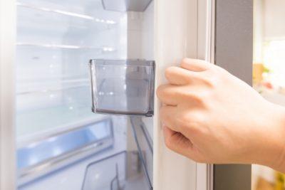 冷蔵庫をあけている画像