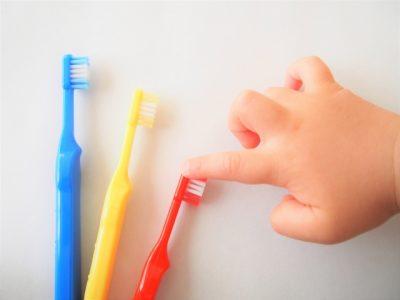 歯ブラシとこどもの手