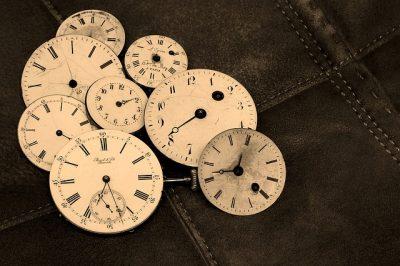 たくさんの時計の文字盤